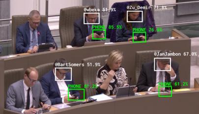 Arcfelismerő szoftver buktatja le a munka közben mobilozó politikusokat