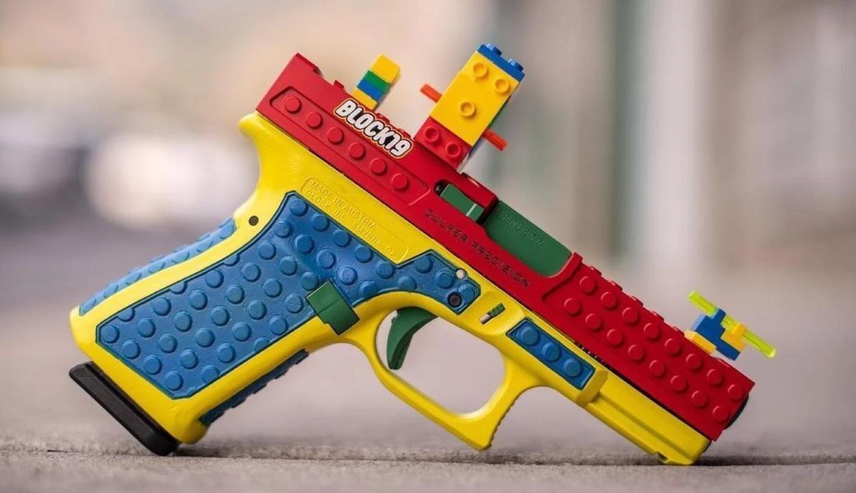 Színes játékpisztolyra hasonlító, valódi fegyver ellen tiltakoznak az Egyesült Államokban