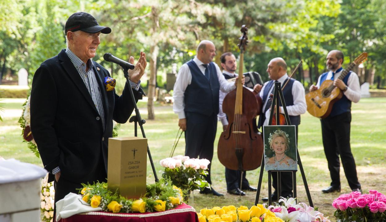 Budapesten helyezték végső nyugalomra Gábor Zsazsa hamvait