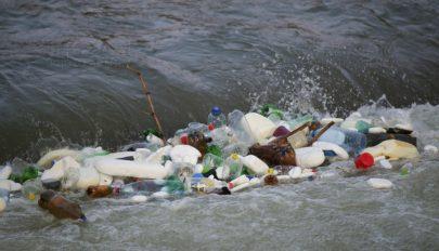 Az úszó hulladékot összegyűjtő rendszereket helyeznek el a román-magyar határ mentén levő folyókon