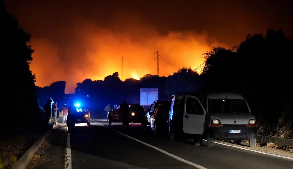 Százak menekülnek a lángok elől Szardínián, Olaszország segítséget kér