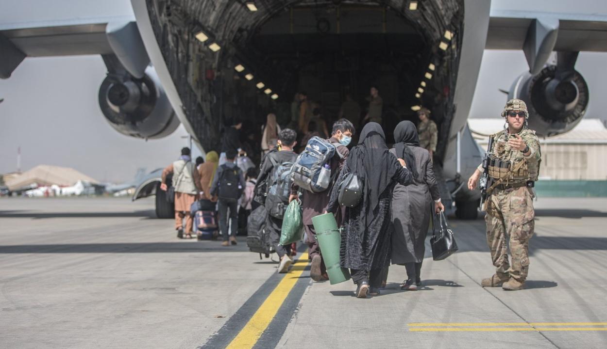 Lezárták az afgánok elől a kabuli repteret a tálibok