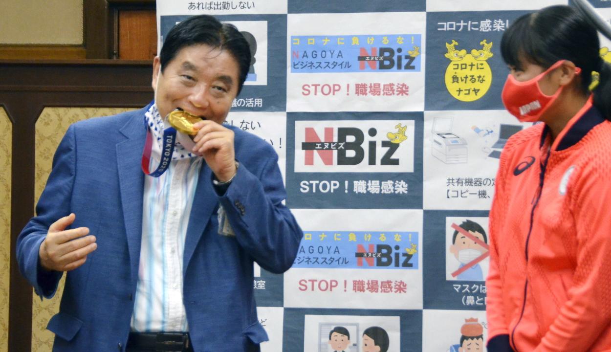 Új aranyérmet kap a japán sportoló, mert az eredetit megharapta a polgármester