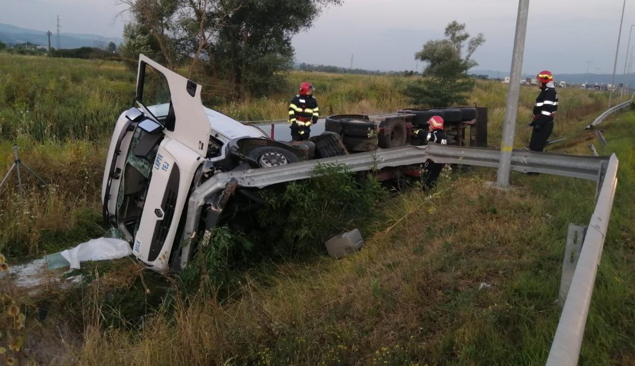 Felborult egy 20 ezer liter tejet szállító tartálykocsi az A1-es autópályán