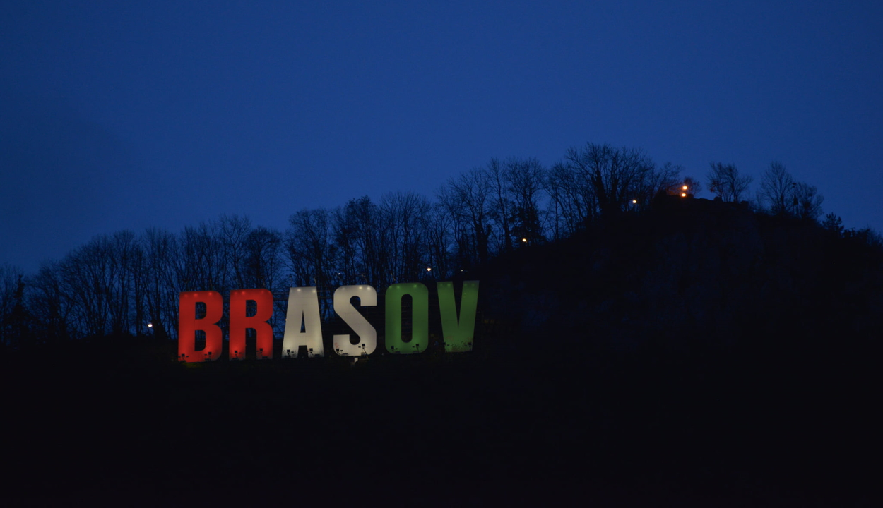 Piros-fehér-zöld megvilágítást kap a Brașov-felirat a Cenken