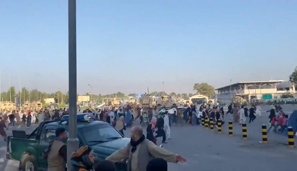 Eluralkodott a káosz a kabuli repülőtéren, lövések is eldördültek