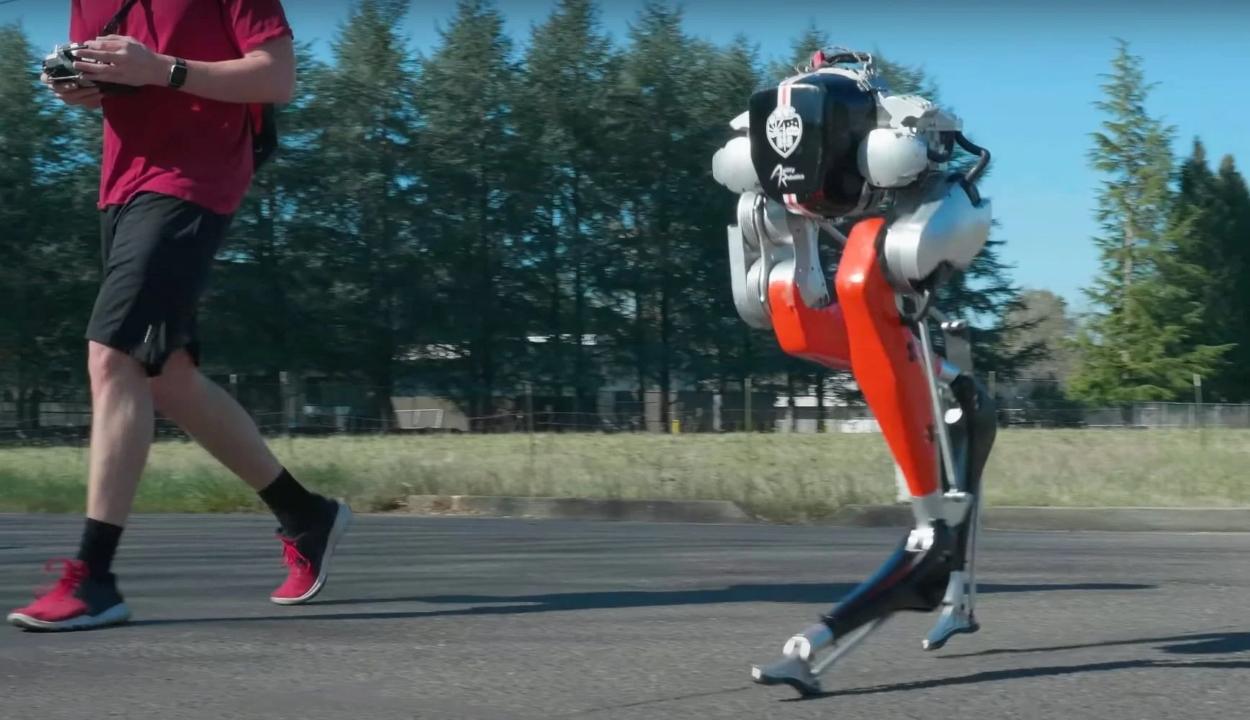 5 kilométert futott a szabadban egy kétlábú robot