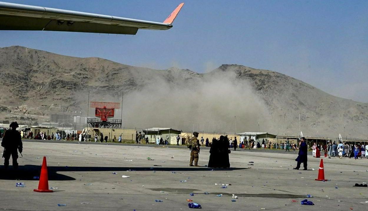 Öngyilkos merényletet követtek el a kabuli repülőtérnél