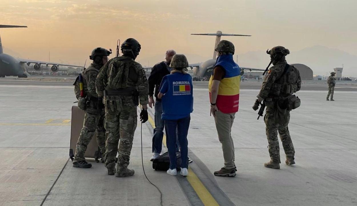 Külügy: elhagyta Afganisztánt minden román állampolgár, aki kérte a kimenekítését