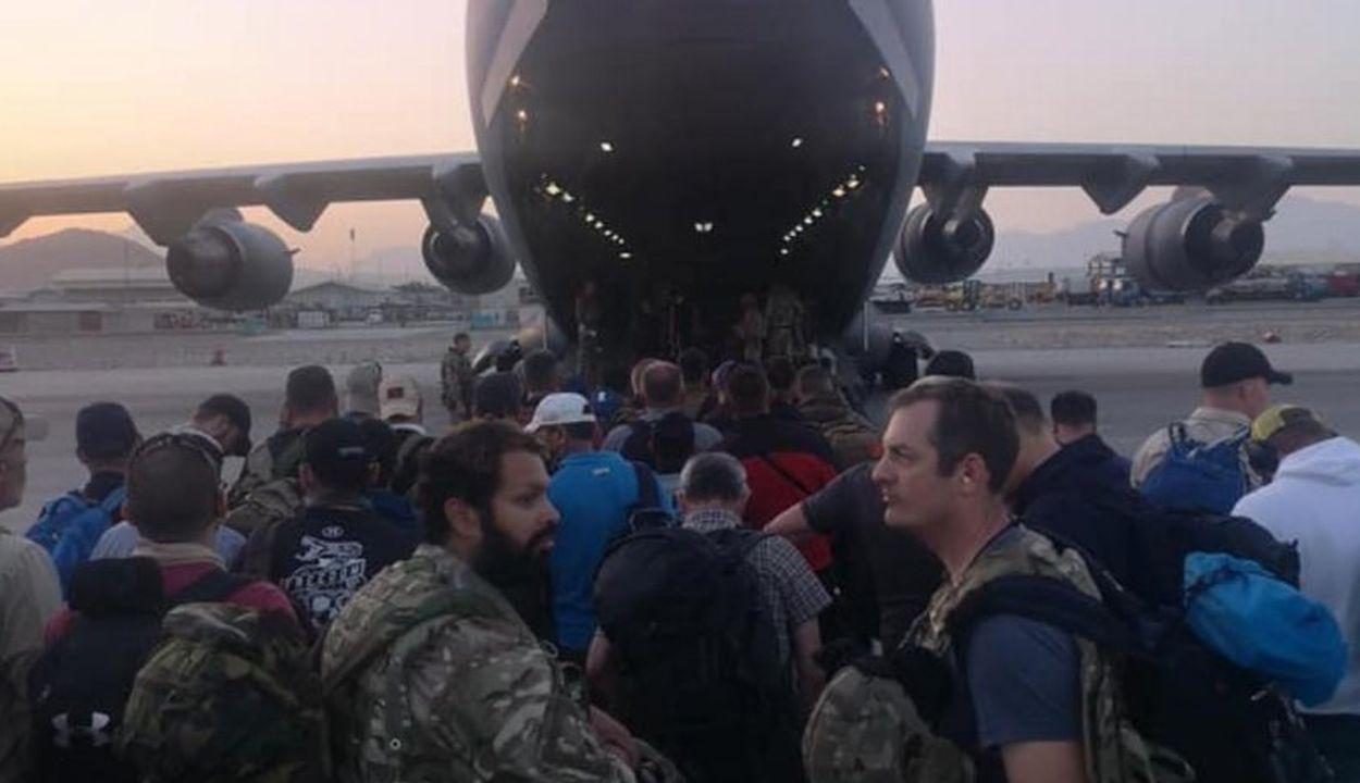27 román állampolgár tartózkodik még Afganisztánban, 16-an elhagyták az országot az éjszaka