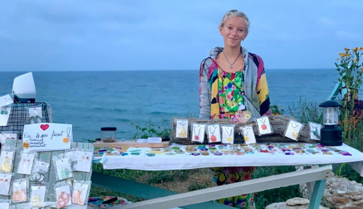Saját készítésű ékszereket árul egy 11 éves lány a tengerparton, hogy megmentse beteg kutyáját