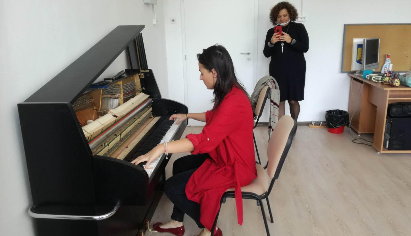 Schimmel-pianínó ajándékba