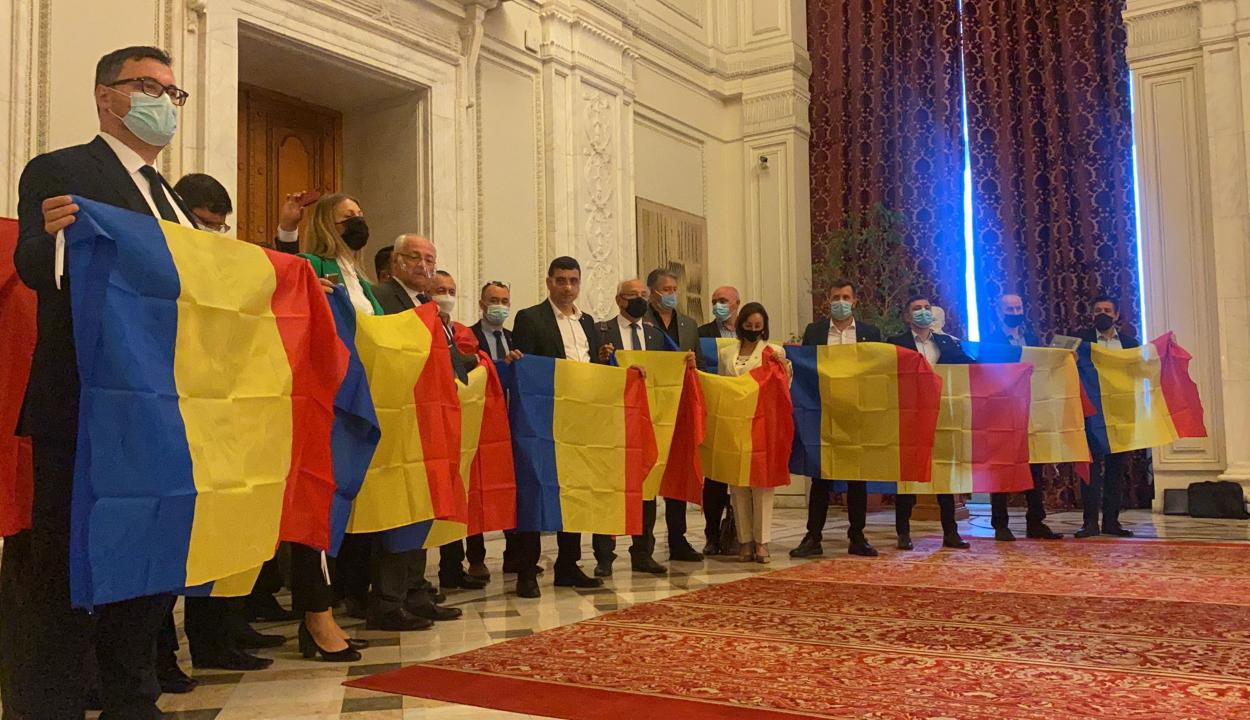 A parlament folyosóján tiltakoztak az AUR képviselői, majd sztrájkba léptek