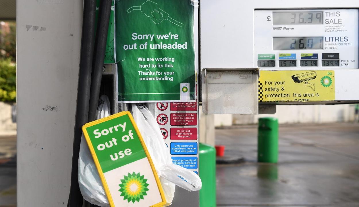 A pánikszerű üzemanyag-felvásárlás befejezését kérik a brit autósoktól