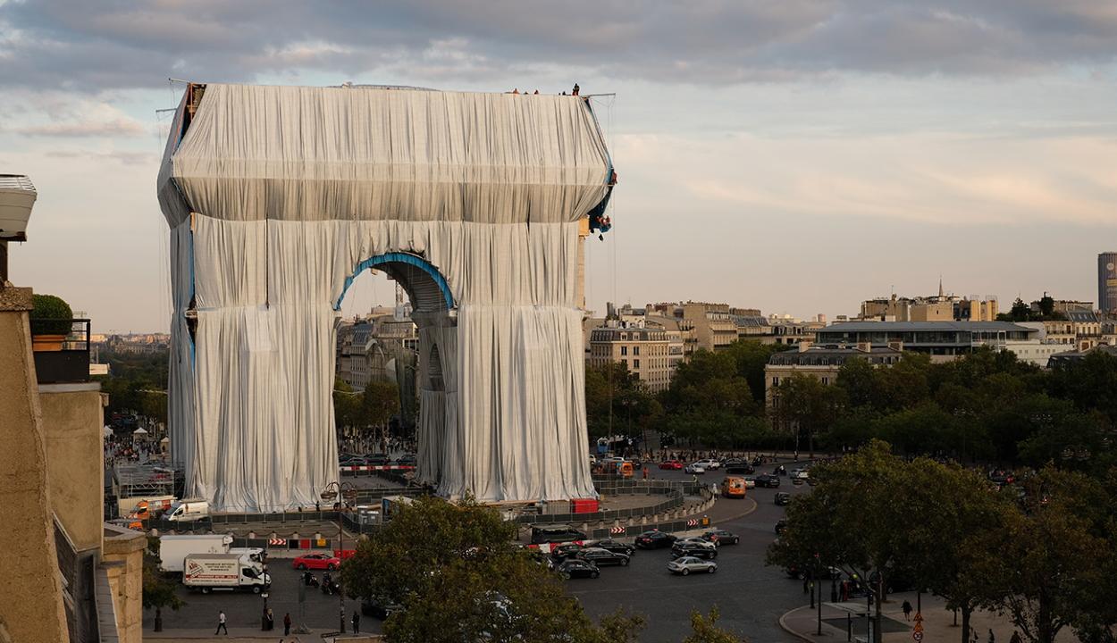 Becsomagolták a Diadalívet Párizsban