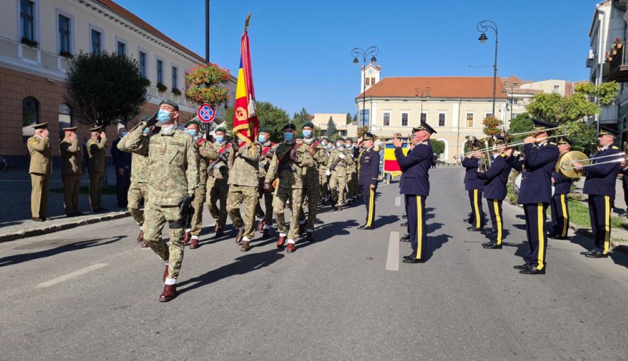 """Katonai ceremóniával ünnepelték a város """"horthysta megszállás alóli felszabadulását"""""""