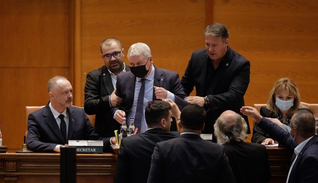 Botrány a parlamentben: kihúzták az ülésvezető alól a széket