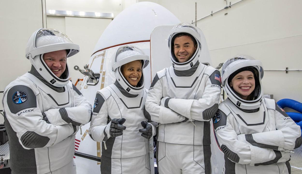 Útnak indultak a világ első amatőr űrhajósai