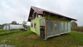 Kacsalábon forgó házat emelt feleségének a nyugdíjas